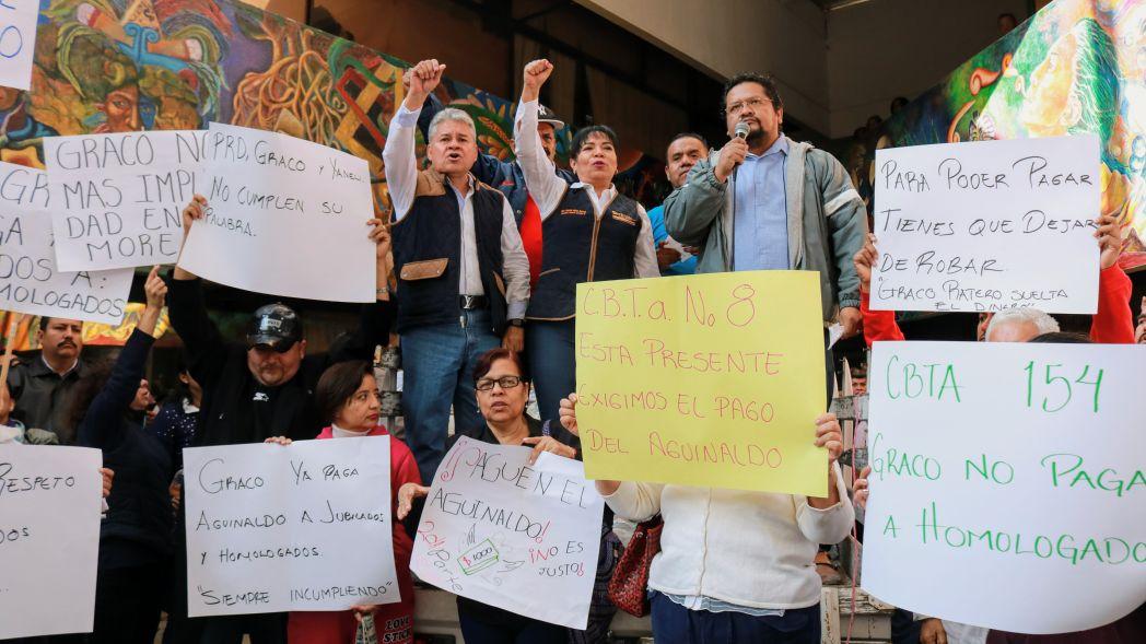 Mentores jubilados y homologados protestan en Morelos por falta de pagos