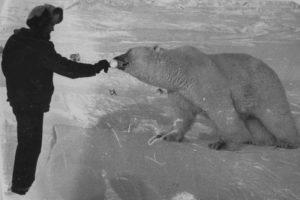 Nikolai mentre offre del latte condensato a Masha