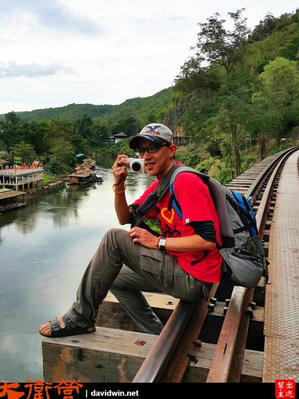 左側是桂河右側是峭壁,就這樣走在小驚險的死亡鐵道上
