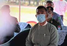 ဘောလုံးကွင်းပြင်ဆင်နေမှုကို ကြည့်ရှုနေသော ဦးတင်အောင်ကို ထားဝယ်မြို့ ရွှေဝယ်သီရိအားကစားရင်ပြင်တွင် ဖေဖော်ဝါရီ ၄ ရက်နေ့က တွေ့ရစဉ်။