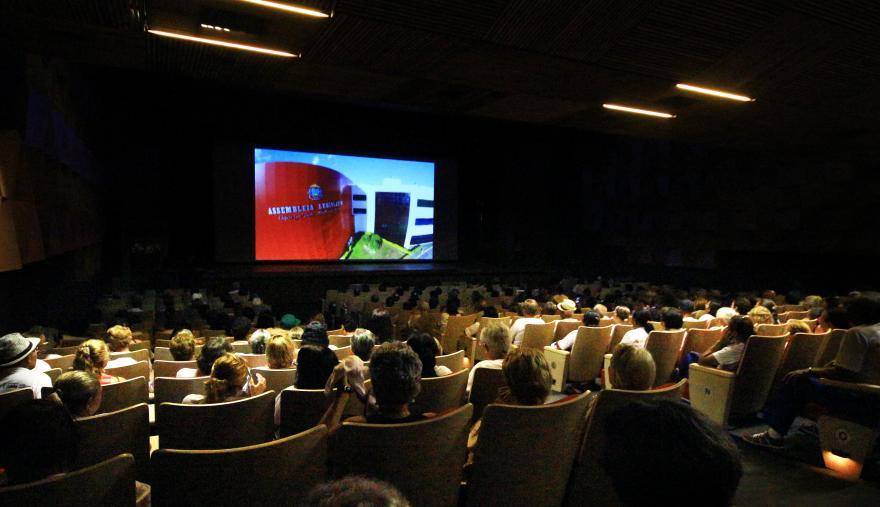 """""""Cine Social"""" leva crianças e adolescentes de Cuiabá ao Teatro Zulmira Canavarros"""
