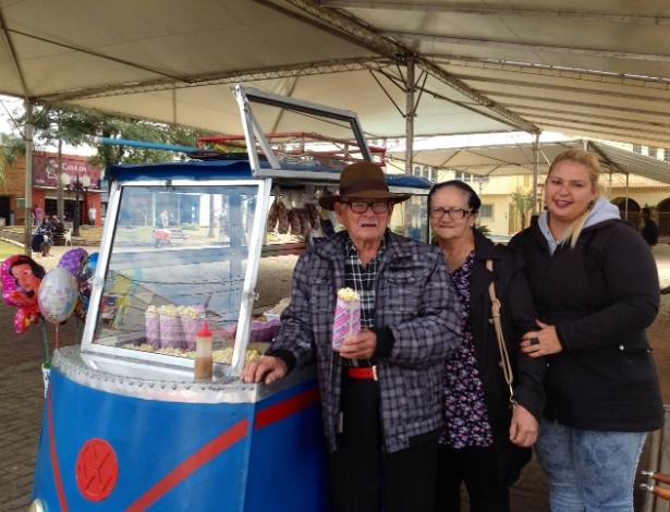 Aos 96 anos, pipoqueiro se transforma em 'referência turística'