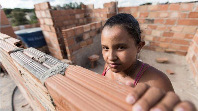 'Lugar de mulher é na obra': o projeto que ensina mulheres de baixa renda a reformar as próprias casas