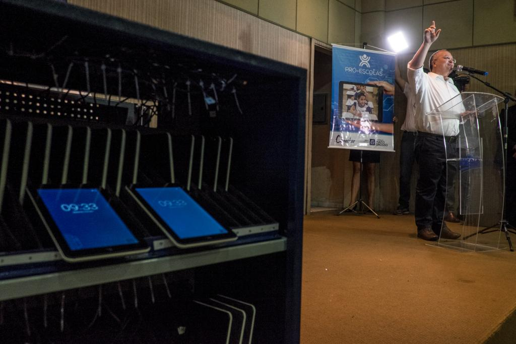 Governo inicia entrega de mais de mil tablets para a rede estadual