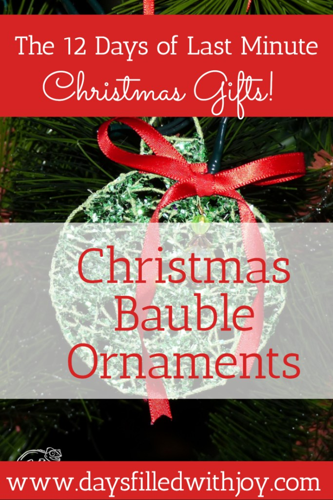 Christmas Bauble Ornament - great tutorial by Clever Chameleon Quilting!