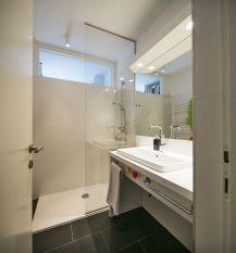 Veliki umivaonik, veliko ogledalo i walk in tuš bile su želje s kojima smo krenuli u projektiranje kupaonice / foto: Borko Vukosav