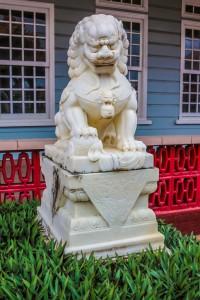 Chinees machtssymbool bij de ingang van het verenigingsgebouw Kong Ngie Tong Sang (sinds 1888) aan de Dr. Sophie Redmondstraat (foto: Ricky Bahadoersingh)