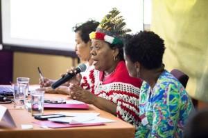 Centraal op de foto Audrey Christiaans, die is afgetreden als voorzitter van het Inheems platform Esav