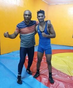 Coach Iwan Muntslag samen met worstelaar Nawien Bepat (foto: SWF)