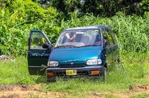 Een zwerver op klaarlichte dag in diepe rust in een autowrak aan Costerstraat. Het aantal zwervers neemt toe. Paramaribo heeft een serieus zwerversvraagstuk (foto: Ricky Bahadoersingh)