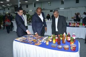 HI&T-minister Stephen Tsang, premier Gaston Browne en KKF-voorzitter Aniel Padarath bekijken enkele Surinaamse specerijen (foto: Regilio Derby)