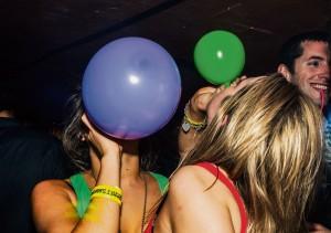 Je spuit lachgas in een ballon, inhaleert en wordt kort hyper