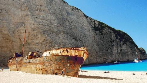 45 foot yacht washes ashore
