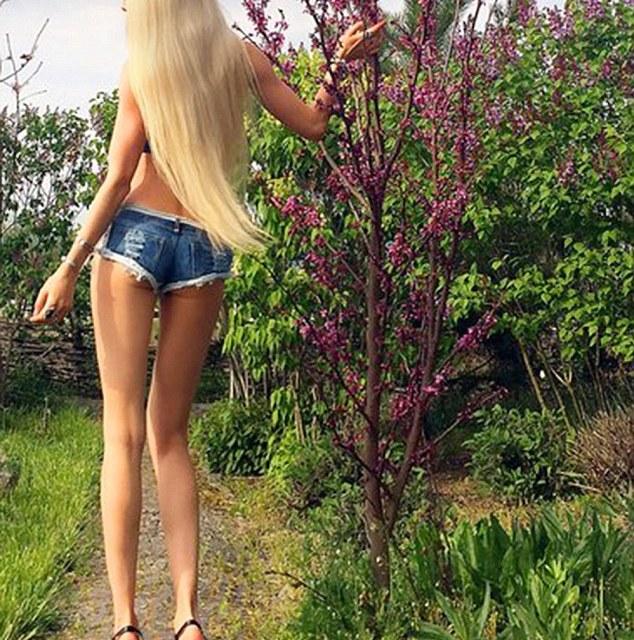Valeria Lukyanova abs: Human Barbie admits to Photoshopping images (VIDEO)