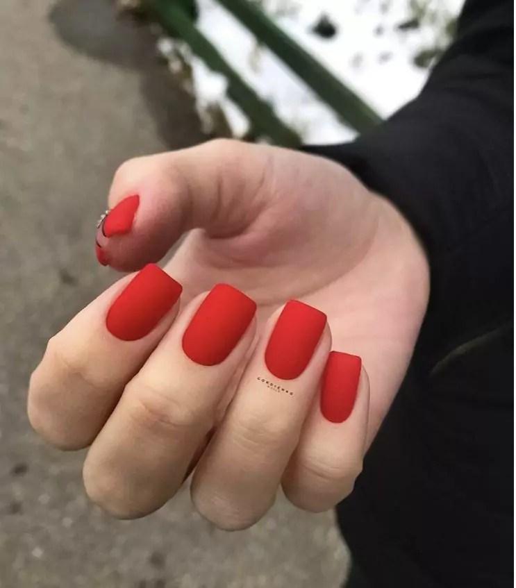 Unhas da mão quadradas e vermelhas