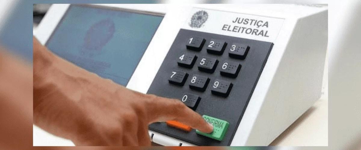 Eleições 2020: imagem mostra urna eletrônica e a mão de uma pessoa apertando o botão confirma