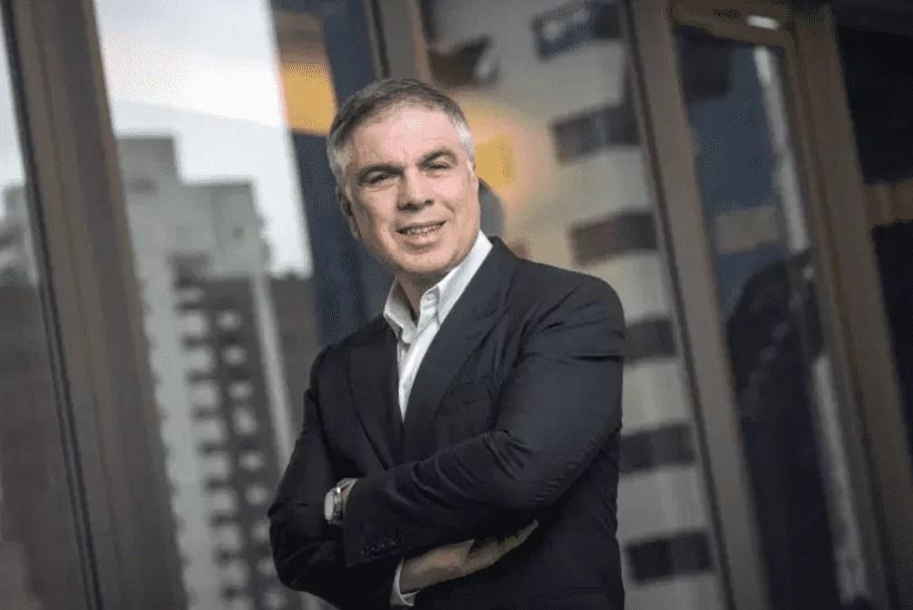 Foto mostra o político e empresário Flávio Rocha, usando terno e de braços cruzados.