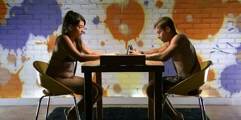Flávia e Victor do De Férias com o EX sentados frente à frente em uma sala