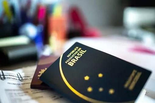 passaporte comum sobre a mesa