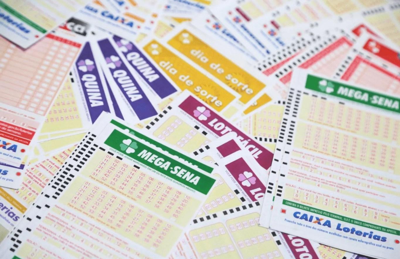 Várias folhas de jogos de loteria juntas.