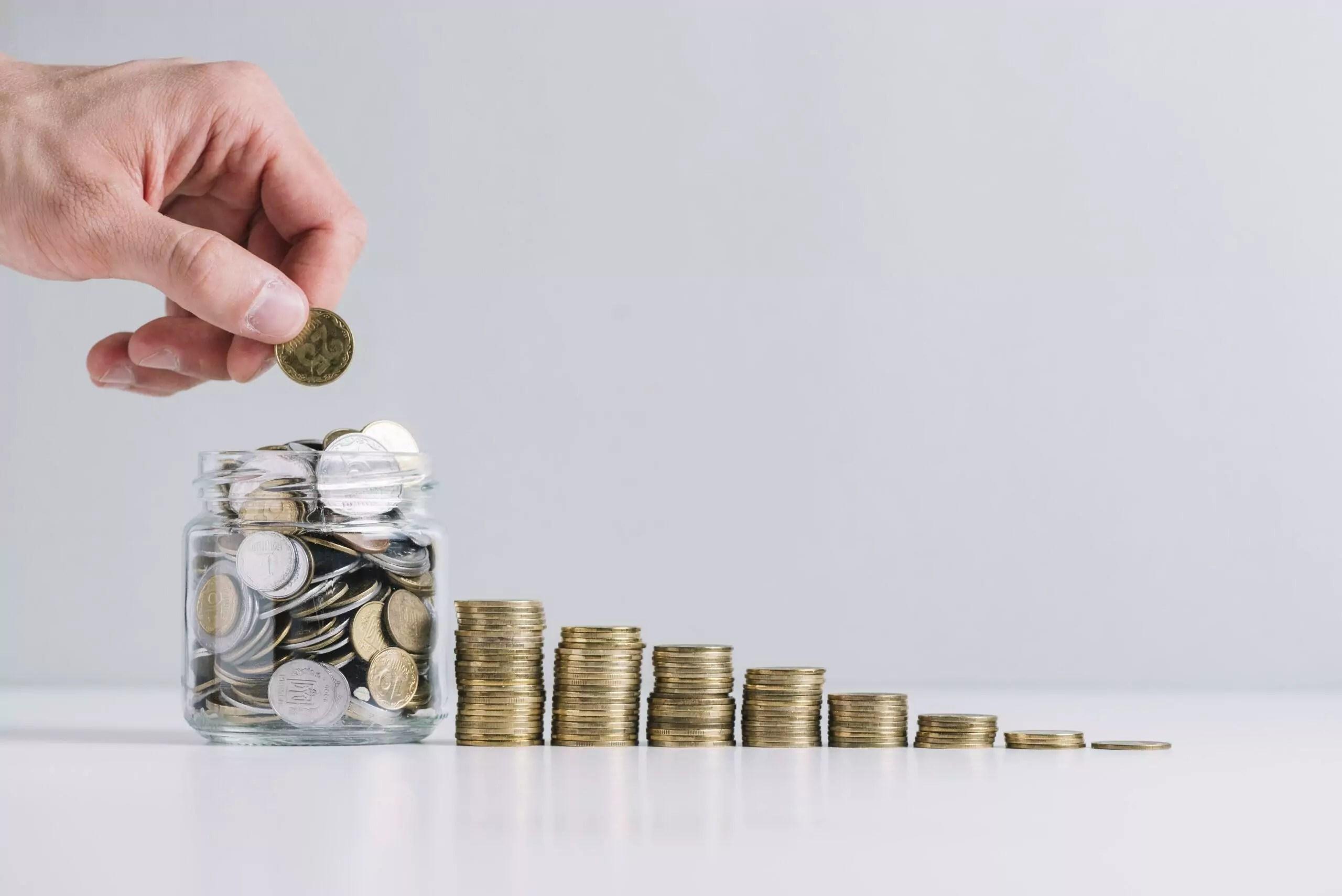 Montantes de moedas, um maior que o outro.