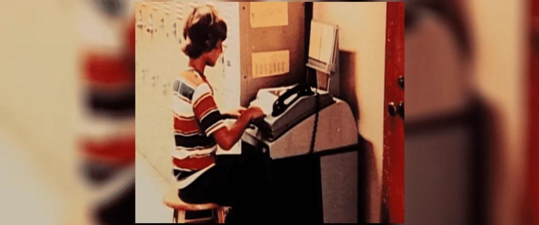 Jeff Bezos estudando computação durante programa de universidade.