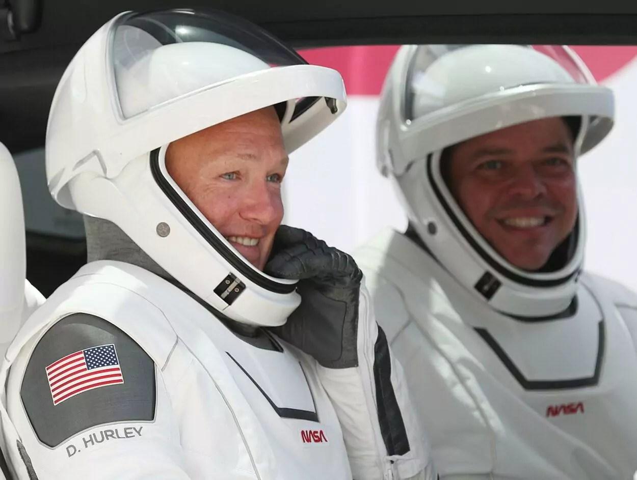 astronautas da SpaceX caminho da cápsula de lançamento Crew Dragon