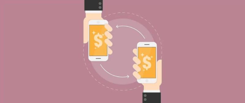 duas mãos segurando celulares com app de transferência de banco digital com PIX