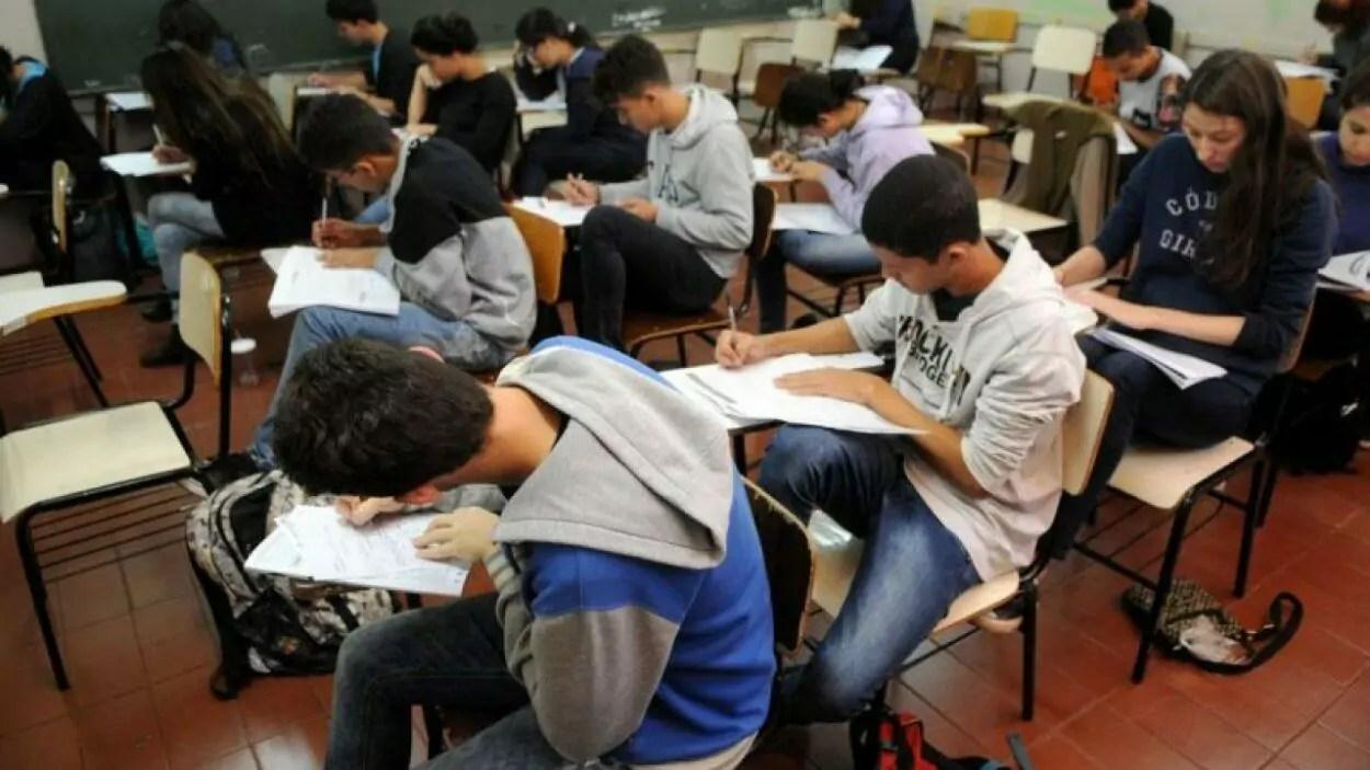 alunos realizando provas em sala de aula