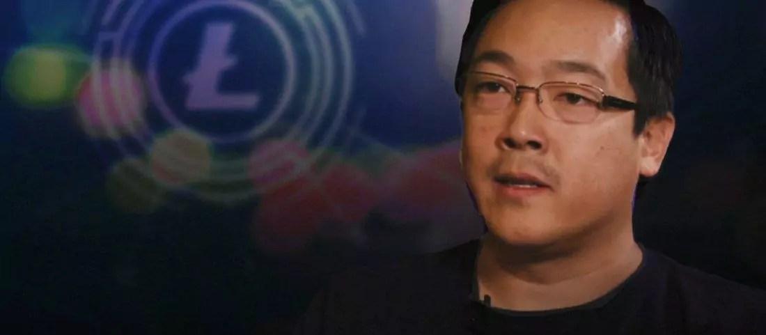 Charlie Lee, cirador do Litecoin, com fundo azul escuro e logotipo da criptomoeda