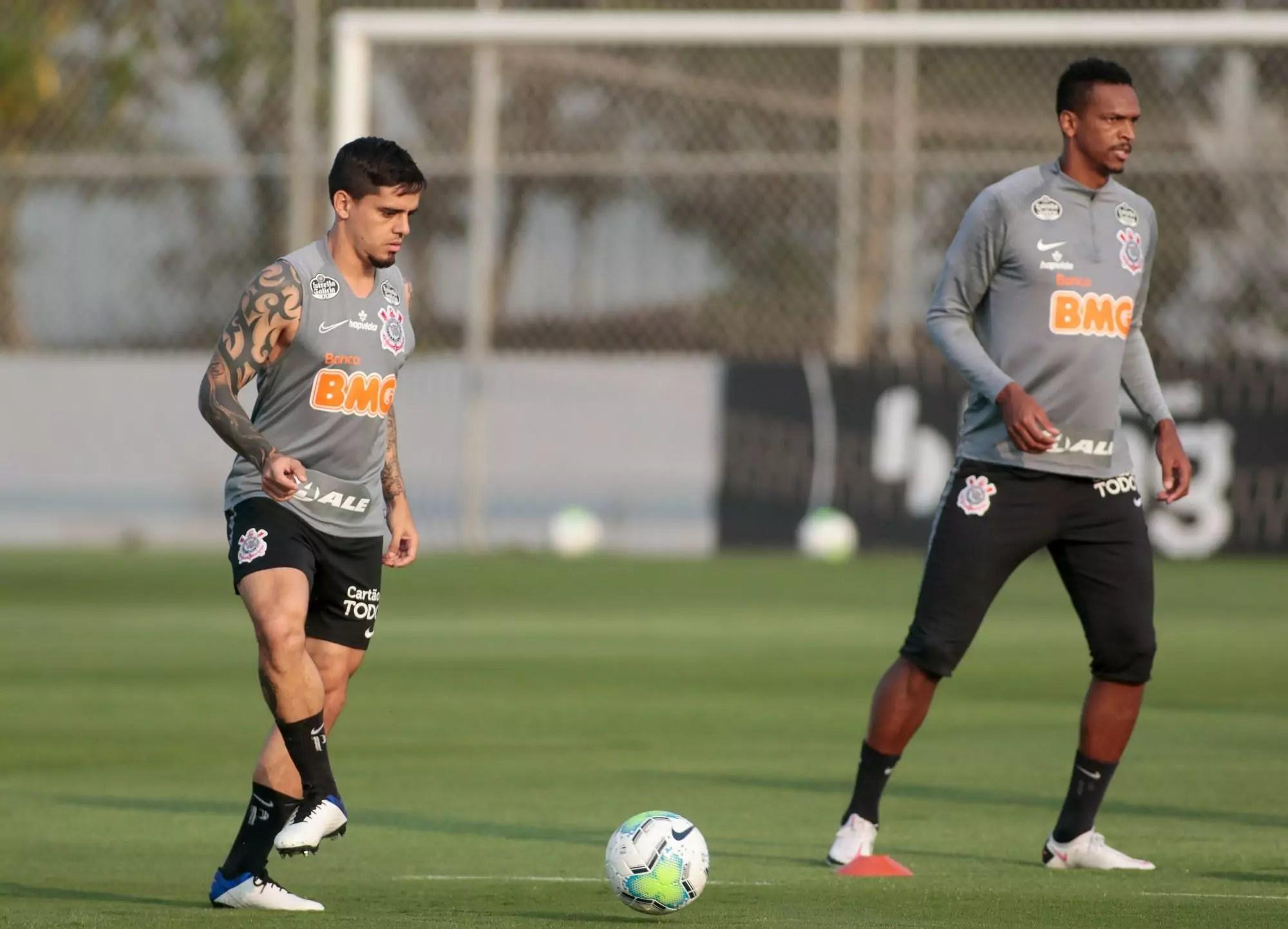 Fagner e Jô batem bola em treinamento