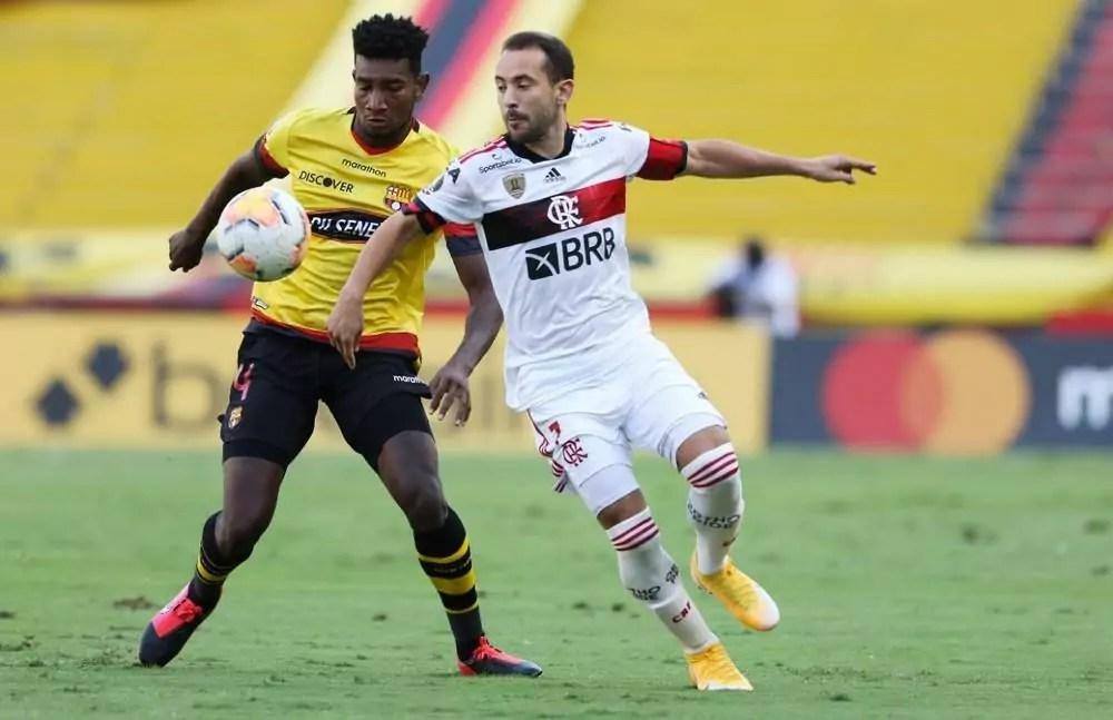 Everton Ribeiro disputa bola com adversário