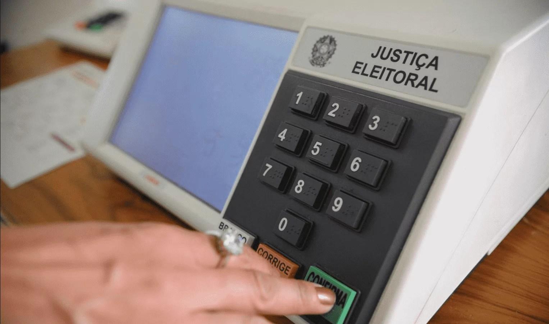 Foto mostra uma urna eletrônica para Eleições RJ 2020