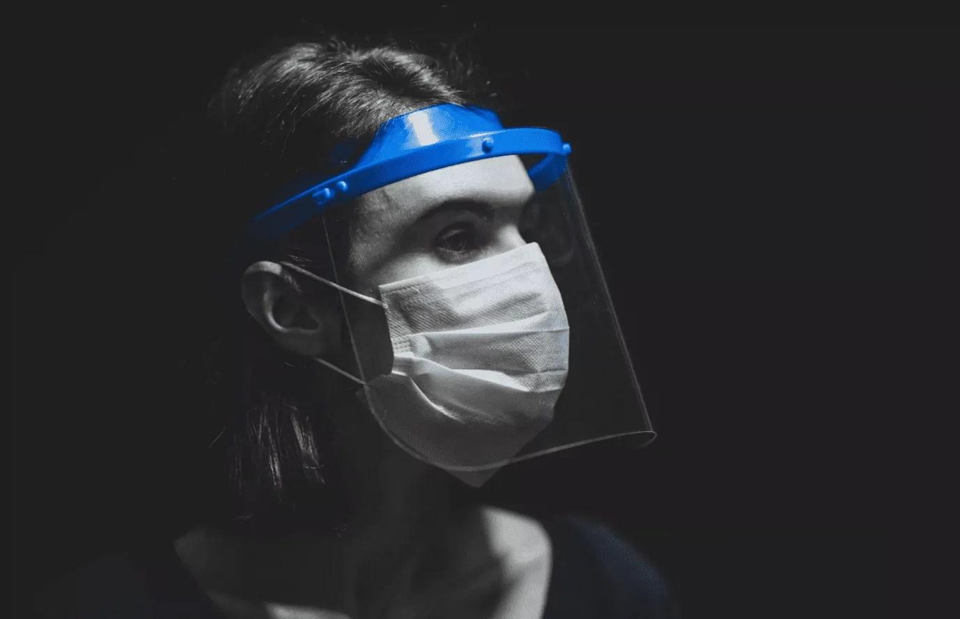 Foto mostra pessoa com máscara de proteção