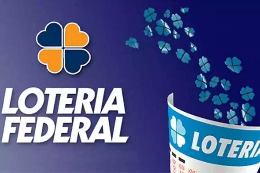 Trevo de quatro folhas em cima no nome Loteria Federal. Ao lado, um volante curvado com diversos trevos pequenos saindo dele