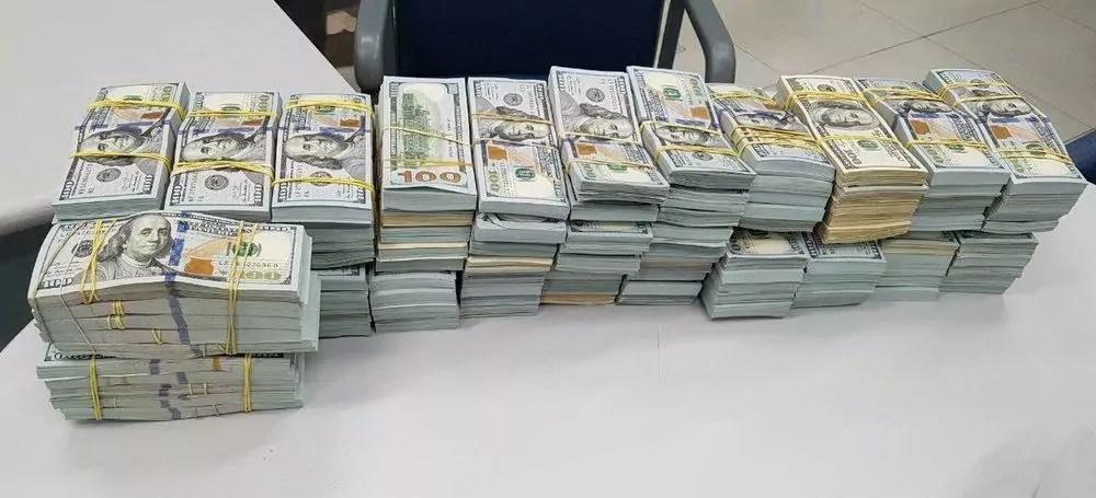 pilha de notas de 100 dólares sobre uma mesa
