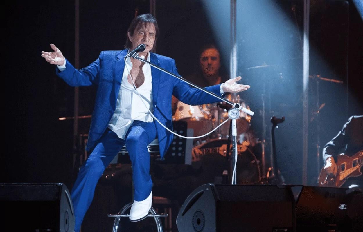 Imagem mostra Roberto Carlos cantando