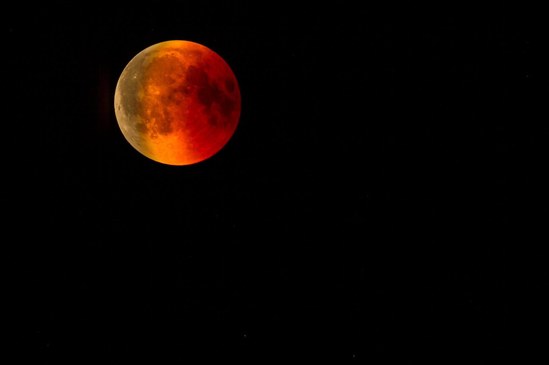 Imagem de uma lua cheia no céu caracterizando o significado do que é signo lunar na astrologia