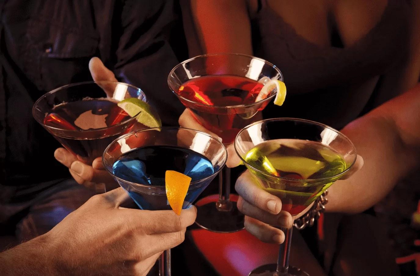Foto mostra pessoas brindando com drinks