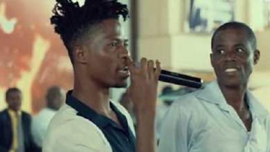 Photo of Kwesi Arthur's father react to the Sex allegations leveled against His Son