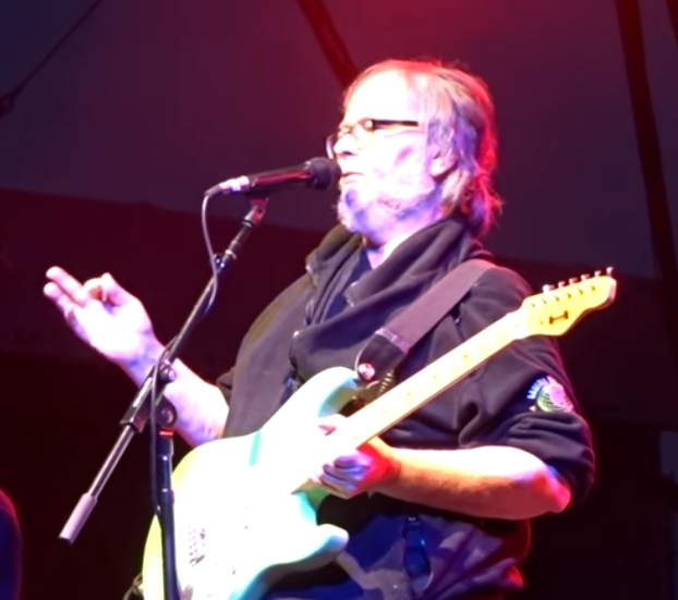 Watch Walter Becker's final show w Steely Dan – May 27, 2017 – Greenwich, CT – Complete show (fan video)