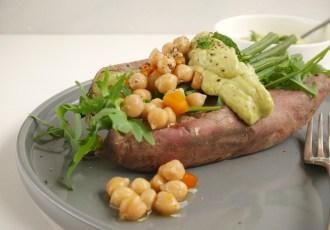 Zoete aardappel gevuld met kikkererwten, haricots verts en rucola