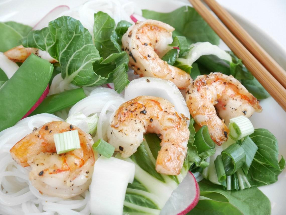 Salade met rijstnoodles, garnalen en peultjes