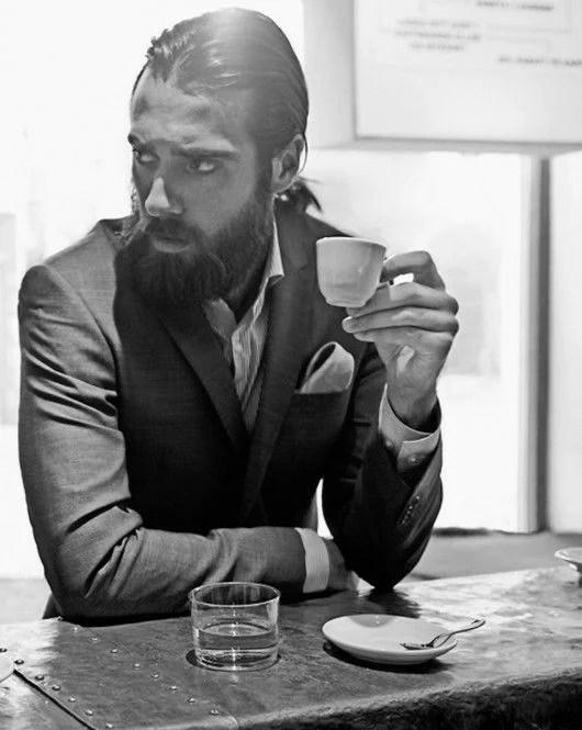 Manners-Stijlinspiratie-de-contrasterende-Suit-and-Beard-combinatie-16