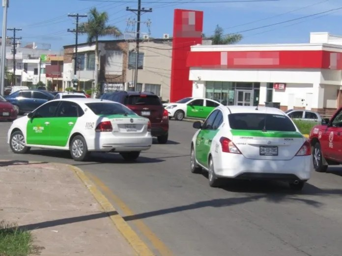 Taxis block Atamsa unit in Mazatlan.  Photo: Roberto GIl