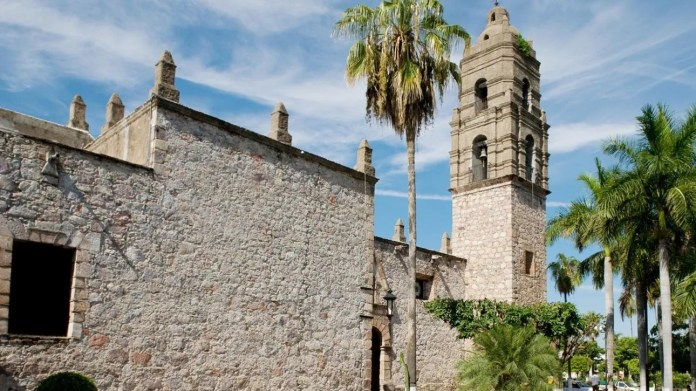 The architecture of Mocorito embraces him in his beauty and takes him into his church, dating from the sixteenth century