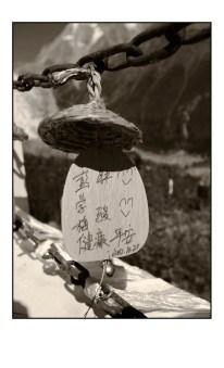 金剛塔的周圍掛了很多寫滿祝福的許願牌