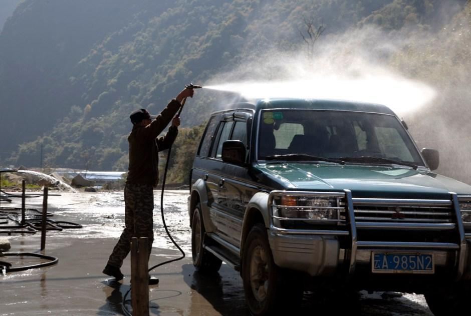 司機獨自在洗車
