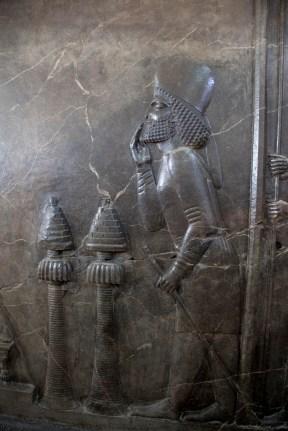 站在兩個香薰爐後面是一個貴族,穿著米底人的服裝,手放在口前面代表尊重。