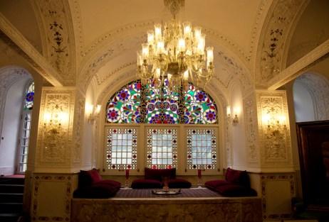 會客廳,用了水晶吊燈和stained glass裝飾,typical法國style